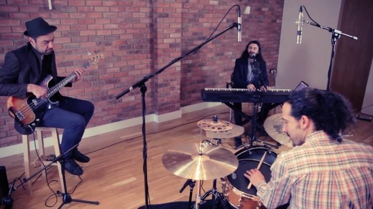 Jazz, funk- en soulcovers en populaire hits in akoestisch jasje